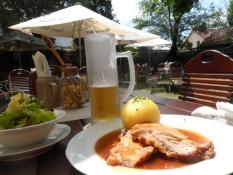 Her fik jeg suppe og flæskesteg i smukke omgivelser/I had soup and roasted pork in a lovely setting