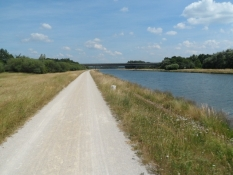Dagens fremherskende scenarie: Grusvej og kanal/The dayʹs dominant features: gravelpath and canal