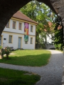Den berømte komponist Willibald Gluck er født i byen/The famous composer Gluck is born here
