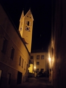 Et kig op mod kirken i nattebelysning/A glance towards the church in nightly illumination