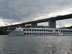 Et flodkrydstogtsskib passerer/A river cruiser passes under it