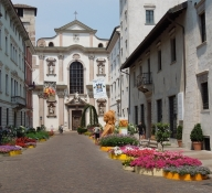 Trento, Via R. Belenzani mit Chiesa di San Francesco Saverio