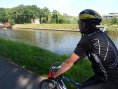 Behagelig cykling på bred asfaltsti langs en kanal/Pleasant riding on a tarmac path along a canal