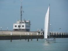 Sejlbåd på floden Ijzer/A yacht on the river Yzer