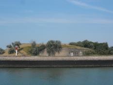 Fæstningen i Dunkerque fra den anden side af havneindløbet/The castle of Dunkirk across the port