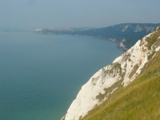 Oven over de spektakulære hvide klinter/On top of the spectacular white cliffs.