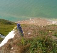 Et kig ned på stranden, 150 m nede/A view downwards to the beach 500 ft down