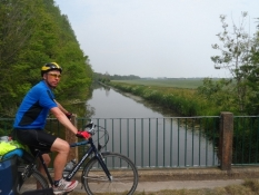 Den gamle militærkanal krydses/Crossing the old military canal