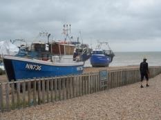 De trækker fiskerkutterne op på stranden/The fishing vessels are hauled up on the beach