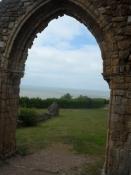 Udsigt ud af borgkirkens hvælvede dør/View out of the castle churchʹs vaulted door