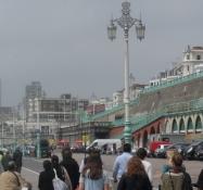 Strandpromenaden deles af fodgængere og cyklister/Pedestrians and cyclists share the promenade