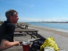 Kolja kigger langt efter færgen over til Pompey/Kolya watching out for the ferry to Pompey