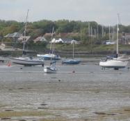Kølbåde står med kølen boret ned i mudderet/Boats at low tide with their keels stuck in the mud