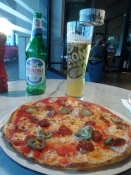 En ægte italiensk pizza med romersk øl til/A genuine Italian pizza along with Roman beer