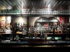 På denne pub drak jeg en upassende mængde øl/At this pub I drank an improbable amount of beer