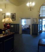Forhallen på det gamle, fornemme hotel/The lobby of the old noble hotel