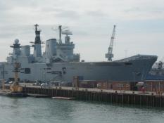 Et hangarskib i Portsmouthʹs flådebase/An aircraft carrier at Portsmouth naval base