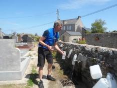 Der tankes vand ved en kirke/Water refill in a graveyard