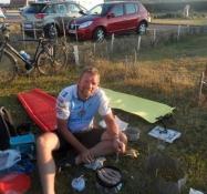 Jeg steger pølser på campingpladsen i Quineville/Frying bangers at the Quineville camp site
