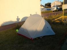 Koljas ydmyge nattelogi i aftensol/Kolyaʹs humble accomodation in the evening sun