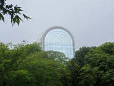EU-parlamentets midterbue over parkens træer/The vault of the EU parliament above the treetops