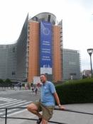 Deres udsendte foran Junckers palads - Kommissionens sæde/Your reporter in front of Junckerʹs palace