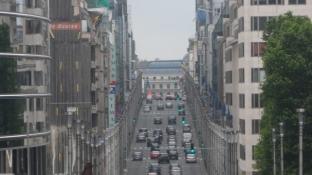 Et kig ind ad den sekssporede Lovgade/Wetstraat/Rue de Loi/A view along the broad Law Street