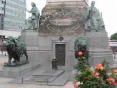 Foden af Kongressøjlen med en evig ild/The base of the Congress column with an eternal flame