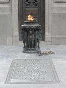Flammen brænder til ære for de faldne soldater/The flame burns in honour of the fallen soldiers