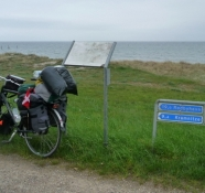 Godt skiltet cykelrute på diget/The cycle route on the dike is well signposted