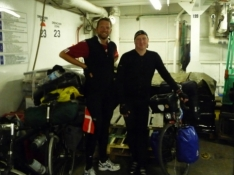 En dansker og en tysker klar til at cykle i land/A Dane and a German ready to cycle ashore