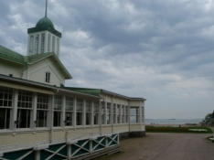 Casinoet ligger lige ned til vandet/The casino is situated right down to the sea