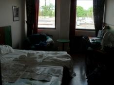 Jeg får tørret mine våde kort på hotelværelset/Drying my maps at the hotel room