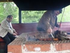En sigøjnerfamilie griller på campingpladsen/A gipsy family having a barbeque at the camp site