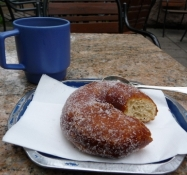 En ʺmunkkiʺ og en kop kaffe/A ʺmunkkiʺ and a cup of coffee