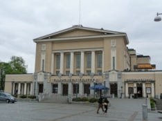 Teatret over for rådhuset/The city theatre opposite the city hall