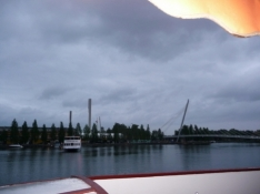 Udsigt fra pub-båd mod ny fodgængerbro over havnen/View from the pub boat to a new pedestrian bridge
