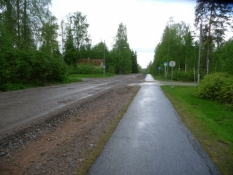 Asfalteret cykelsti og grusvej til biler. Fedt!/Tarmaced bike path and a gravel road for cars. Nice!