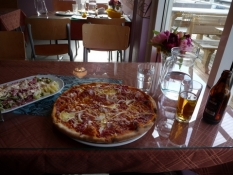 En pizza, salat og en øl: Energi til vejen/A pizza, a salad and a beer: Energy for the road