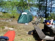 Teltet står på naturgrund ved et sommerhus/The tent stands on a nature plot of a sommer cabin