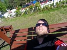 på en gynge uden for en strandcafé i Haapavesi/on a swing outside a beach café in Haapavesi