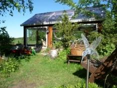 De har et drivhus i haven/A greenhouse in their garden