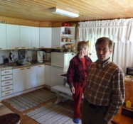 De viser rundt indenfor i huset/They show me around inside their house