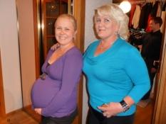 Jenny, højgravid og den vordende bedstemor/Highly pregnant Jenny and the coming grandma