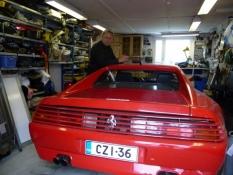 En rød Ferrari i Pekkas garage/A red Ferrari in Pekkaʹs garage