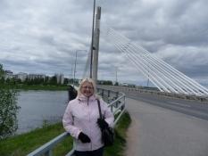 Raija foran Jatkankynttilä-broen/Raija in front of the Jatkankynttilä bridge