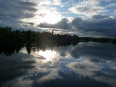 Flot himmel spejler sig i floden/The river is like a mirror of the beautiful sky