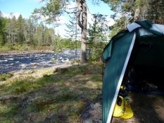 Teltet står smukt her ved floden/The tent is beautifully situated at the riverside