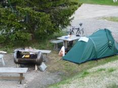 Mit telt stod godt ved siden af en grill og et bord/My tent next to a barbecue and a table