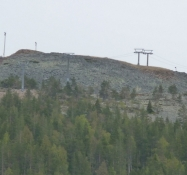 Skilifterne op ad bjergsiden/The ski lifts up the moutain slope